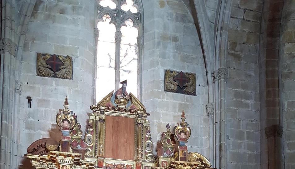 El degà del capítol catedralici, mossèn Arín; el president de la Diputació de Tarragona, Josep Poblet; el bisbe de Tortosa, Enric Benavent; l'alcalde de Tortosa, Ferran Bel; i l'arxiver de la catedral, mossèn Josep Alanyà, davant del retaule barroc aquest