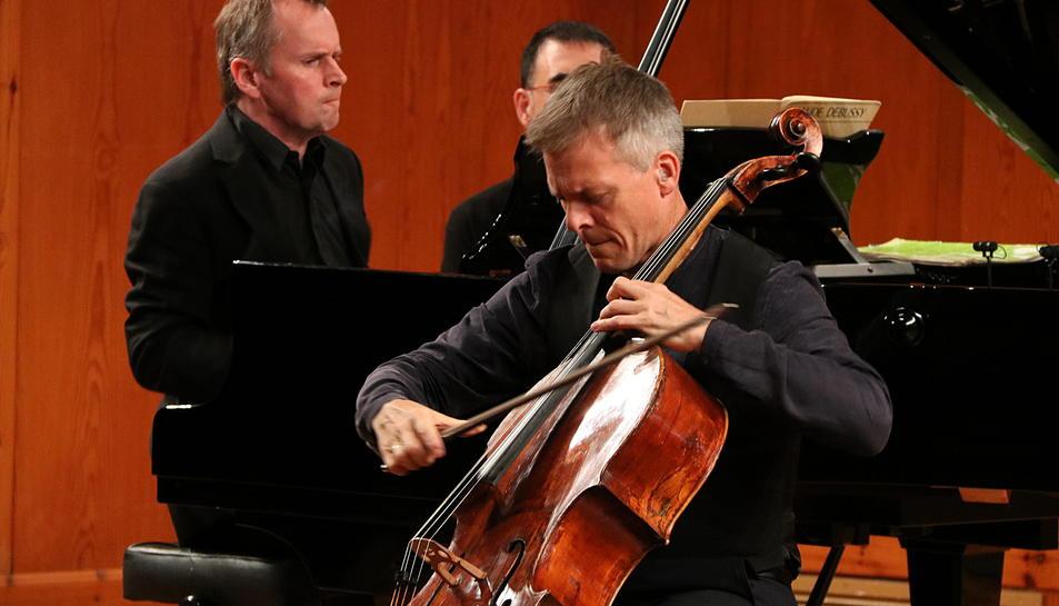 Pla curt, captat des d'un lateral, del duet format per Alban Gerhardt i Steven Osborne durant l'actuació al FIMPC. Imatge del 13 de juliol de 2017 (horitzontal)
