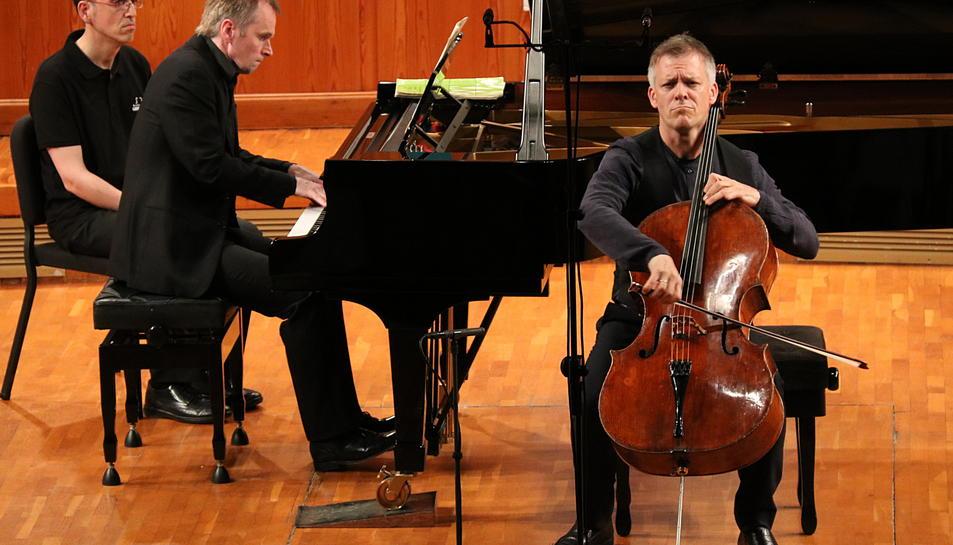 Pla obert frontal d'Alban Gerhardt i Steven Osborne durant l'actuació al FIMPC. Imatge del 13 de juliol de 2017 (horitzontal)
