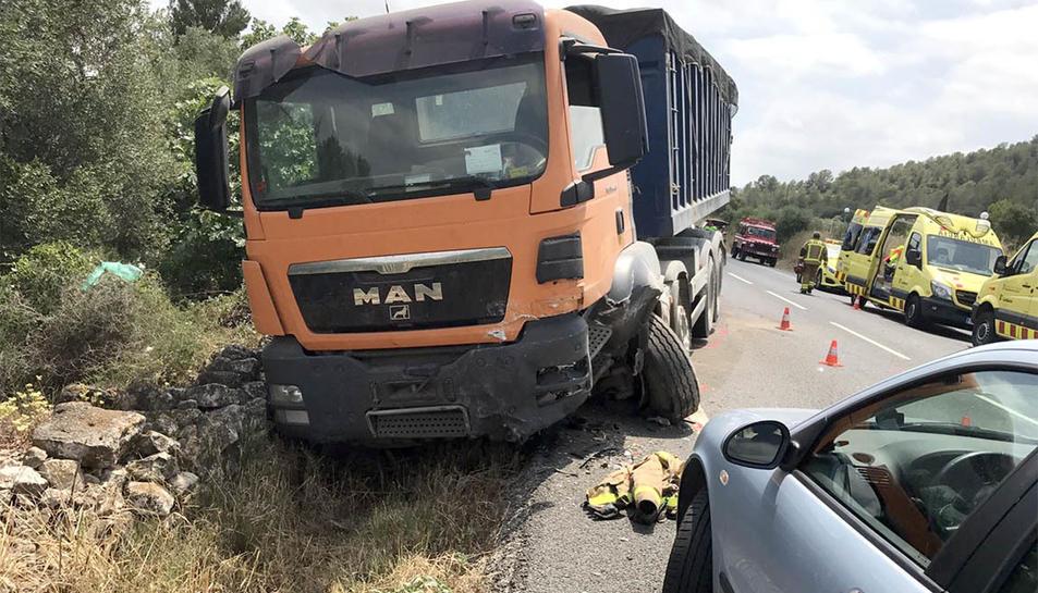 L'accident s'ha produït entre un camió i un turisme.