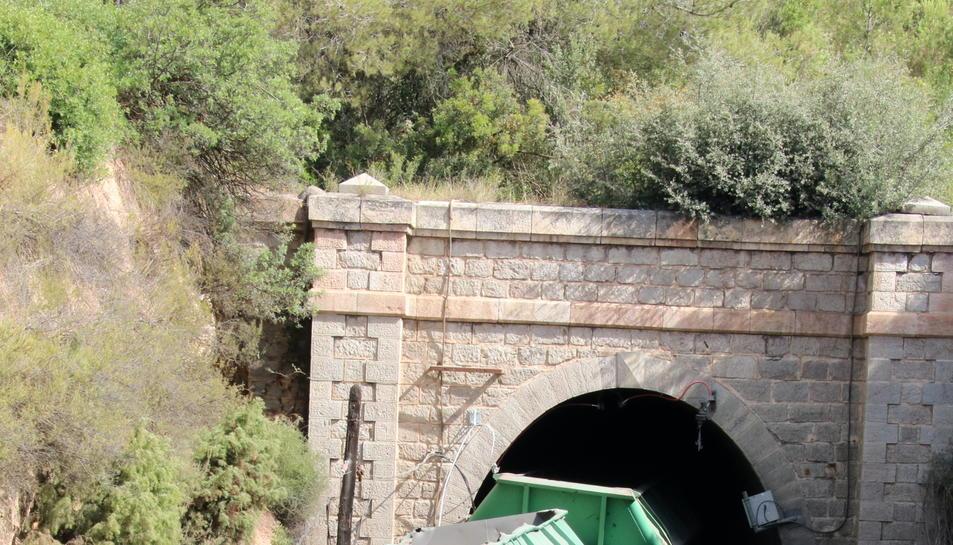 Pla general de l'entrada del túnel on va descarrilar el tren de mercaderies a la R-15, a l'altura de Capçanes (Priorat). Imatge del 14 de juliol de 2017