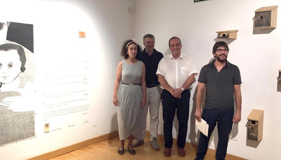 Els premiats al costat de les seves obres guanyadores.