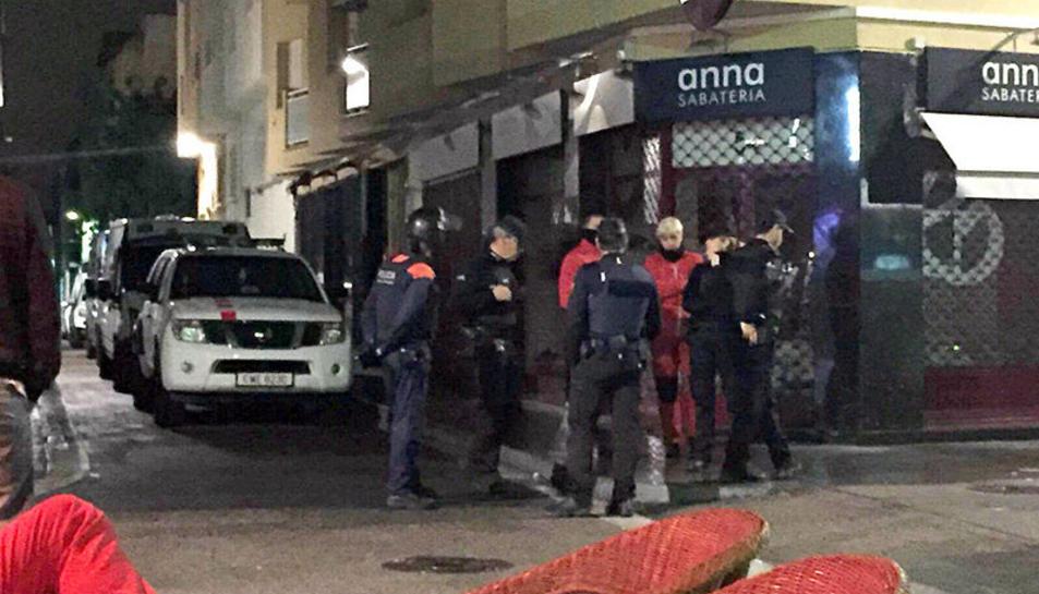 Control policial al carrer Monturiol de Calafel,  origen del conflicte pels sorolls.
