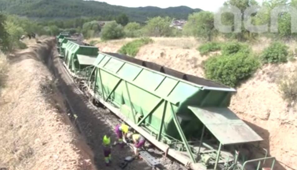 Imatge del descarrilament del tren de mercaderies, ahir dijous, entre Els Guiamets i Marçà.