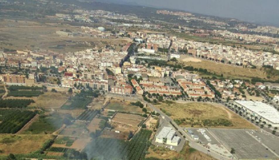 Imatge de l'incendi que va cremar, ahir dijous, una zona de vegetació a la Canonja.