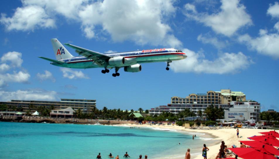 Imatge d'un avió aterrant a l'aeroport siutat a 50 metres de la platja.