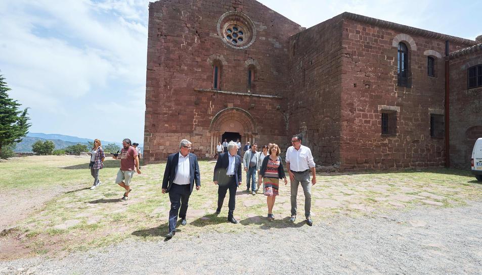 El delegat territorial de cultura, el president de la Diputació, la consellera i l'alcalde de Riudecanyes durant la visita al castell.