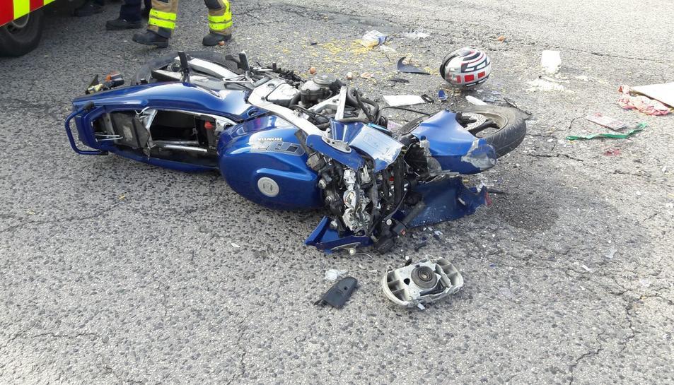Imatge de la moto accidentada a la cruïlla amb la carretera de Ferran.