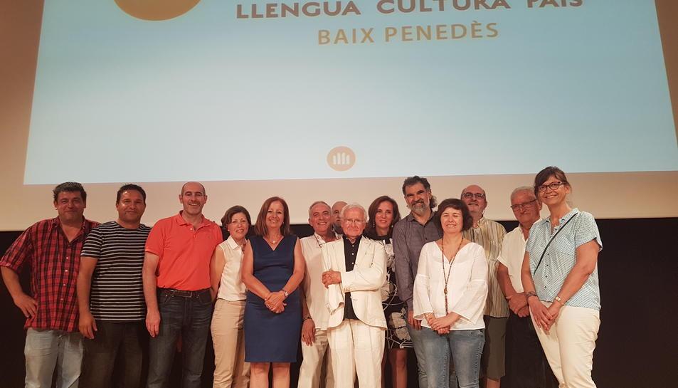 La nova junta d'omnium Cultural Baix Penedès amb el president de l'entitat.