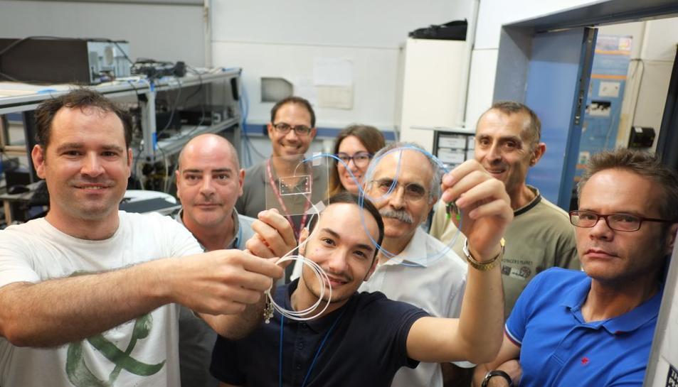 Els investigadors de la URV mostren el dispositiu que detecta cèl·lules tumorals a la sang.
