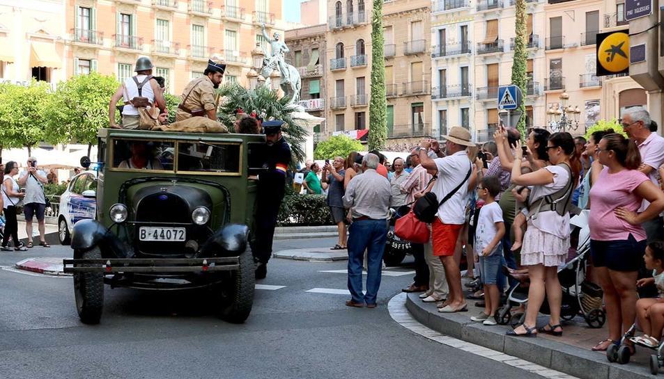 Un camió en la marxa al front, amb milicians, davant d'una multitud d'espectadors de la recreació a Reus