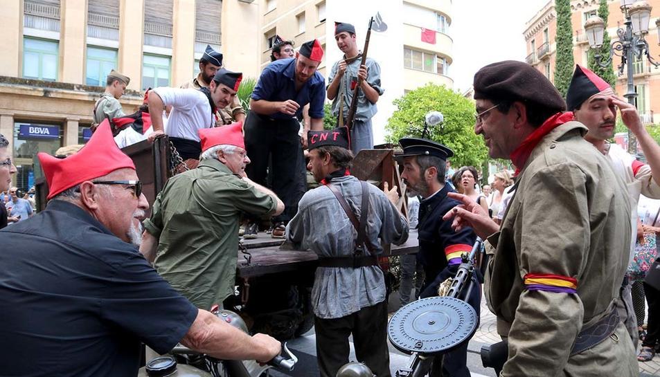 Un grup de milicians en la marxa al front.