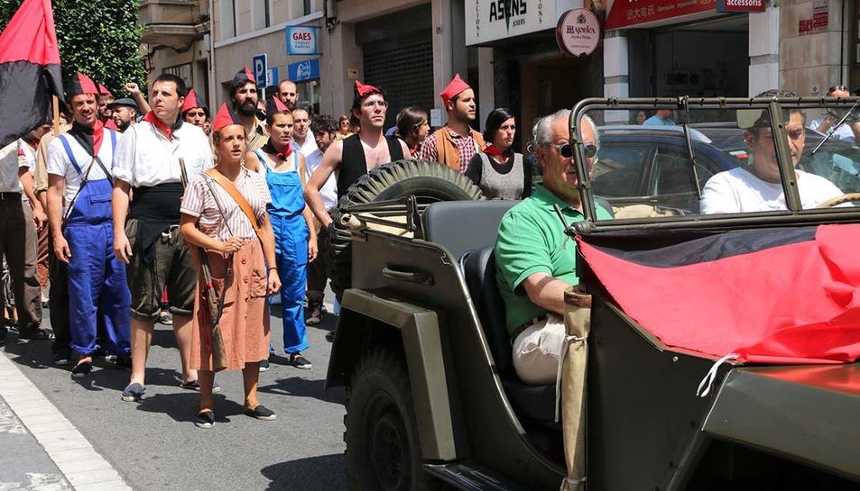 Grup de milicians pels carrers de Reus. Davant, un vehicle de l'època, en la marxa al front.