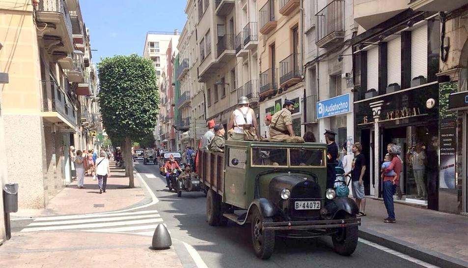 Un camió amb miliciants deixant enrere la plaça Prim.