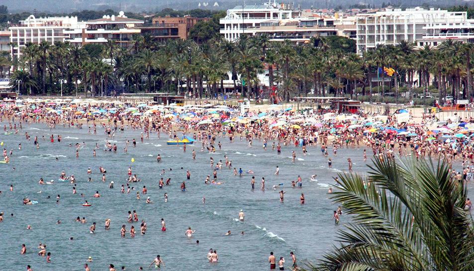Imatge d'arxiu de les platges de Salou durant el mes de juliol.