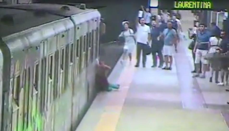 A la imatge es pot veure diversos usuaris alertant al conductor del metro.