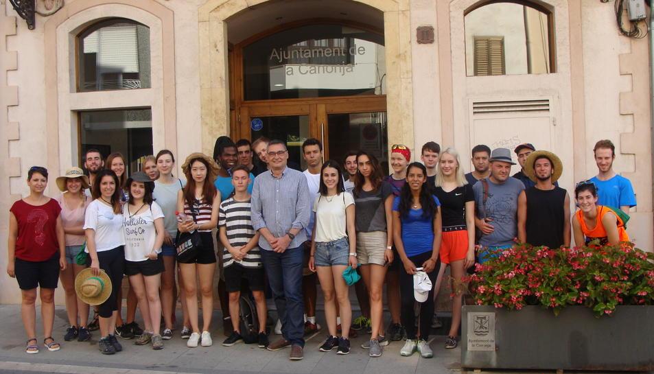 Imatge de la recepció a l'Ajuntament dels participants al camp de treball internacional.