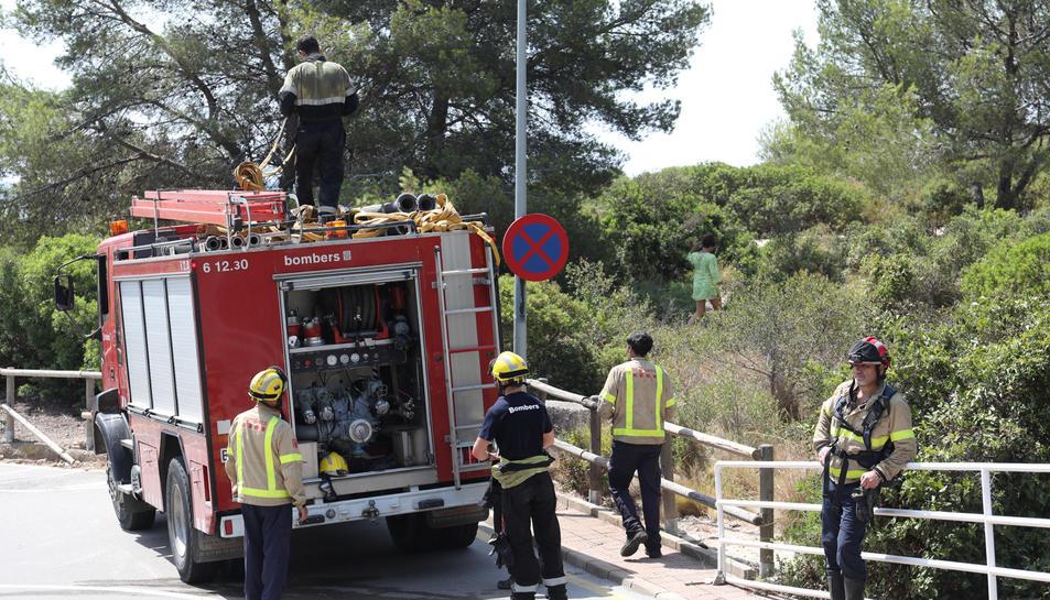 Dues dotacions de Bombers s'han dirigit al lloc per extingir les flames.