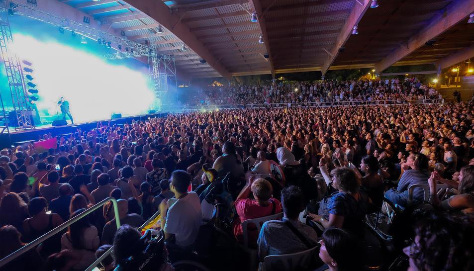 Imatge de la pista coberta de la Poble, plena de gom a gom per assistir al concert.