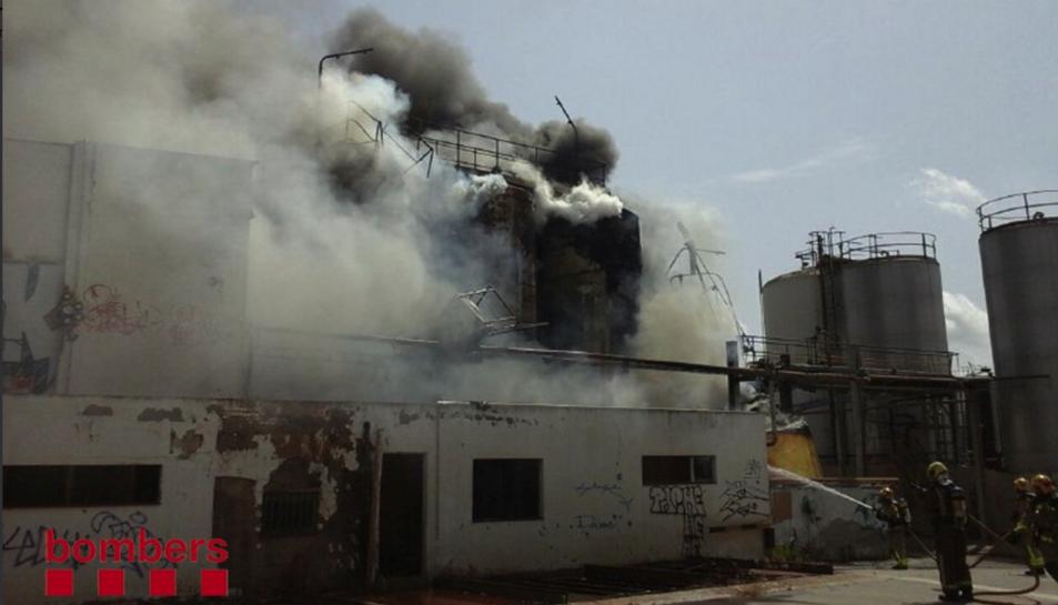 Imatge de l'incendi de la nau del polígon Agroreus.