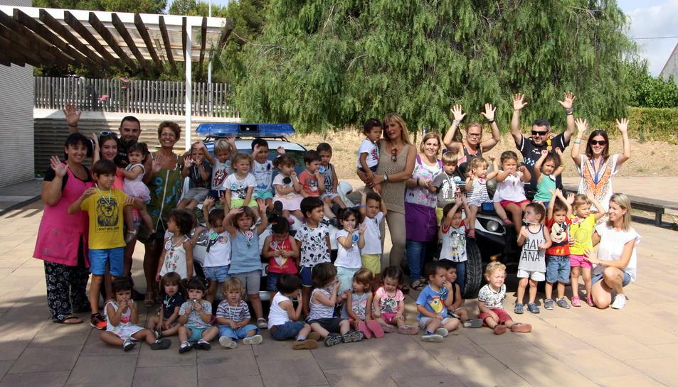 Imatge de la visita dels agents de la Policia Local d'Altafulla a la llar d'infants del municipi.