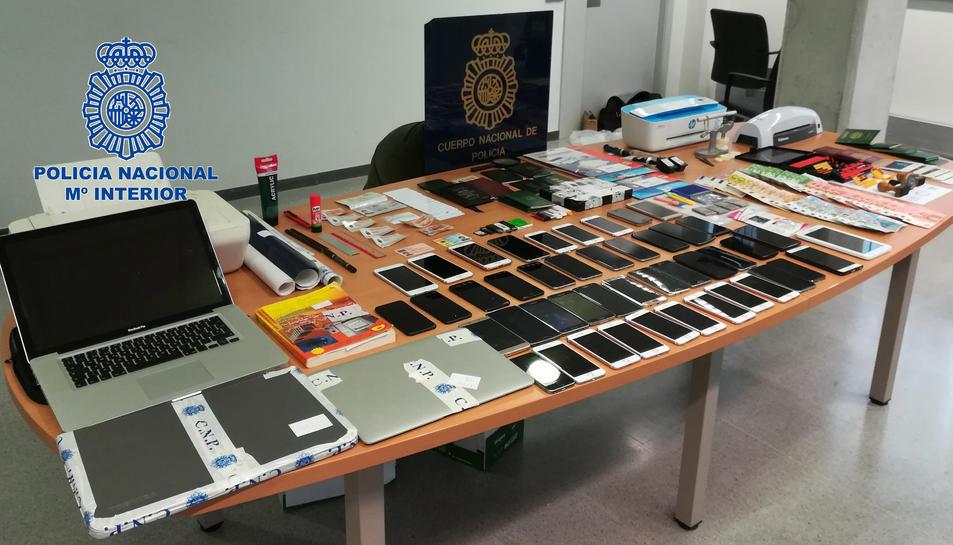 En els registres es van intervenir instruments per falsificar els documents, documents falsificats i diners en efectiu.