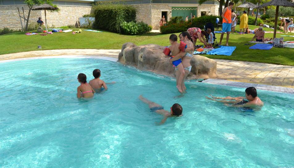 Foto de la visita dels usuaris del casal adaptat a les piscines municipals.