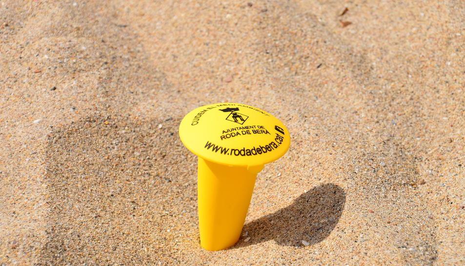 El cendrer de platja és un petit recipient de plàstic amb tapa que permet guardar les burilles per tal de llençar-les més tard a les escombraries.