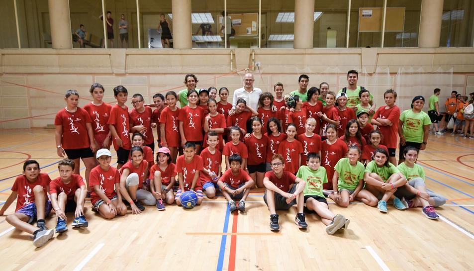 Alguns dels nens participants en les proves esportives de la commemoració amb el conseller Romeva.