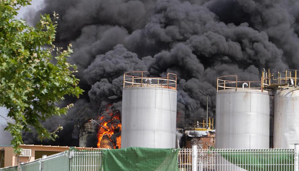 L'incendi als dipòsits va provocar una gran fumerada negra.
