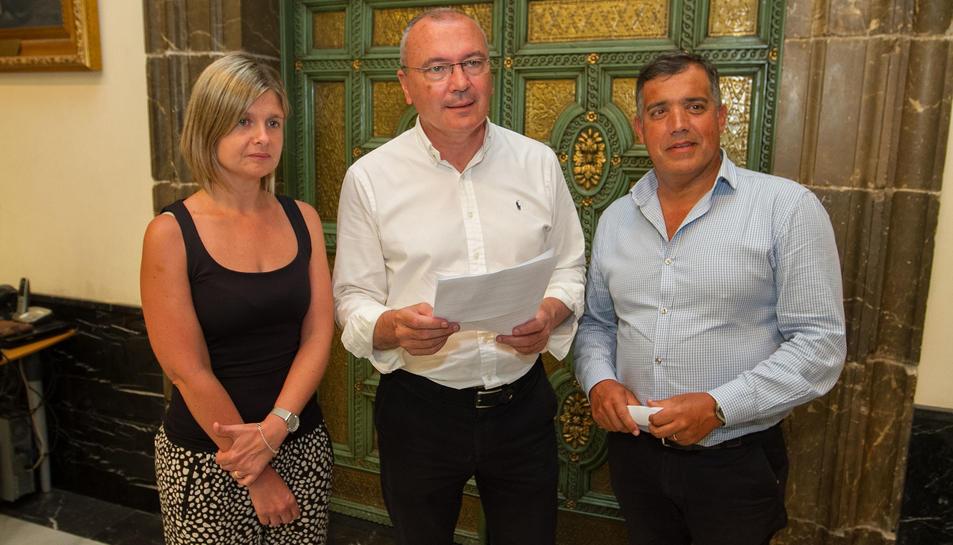 Noemí Llauradó, Carles Pellicer i Jordi Cervera van comparèixer ahir al palau consistorial.
