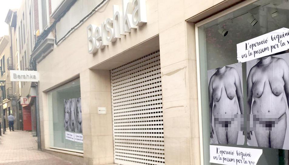 Els cartells han aparegut als comerços de moda del centre de Terressa.
