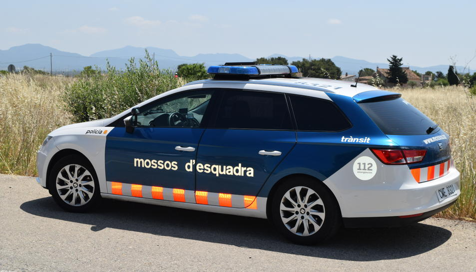 En arribar a un tram recte amb bona visibilitat, els Mossos d'Esquadra van trobar dos vehicles accidentats que havien col·lidit entre si.