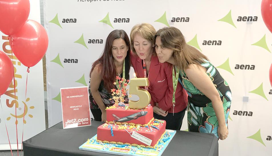 Desirée Fructuoso, cap de Secció de Serveis Aeroportuàris de l'aeroport de Reus; Catherine Perez, Duty Manager de Jet2.com a Reus i Marta Farrero, Directora Tècnica del Patronat de Turisme de Tarragona