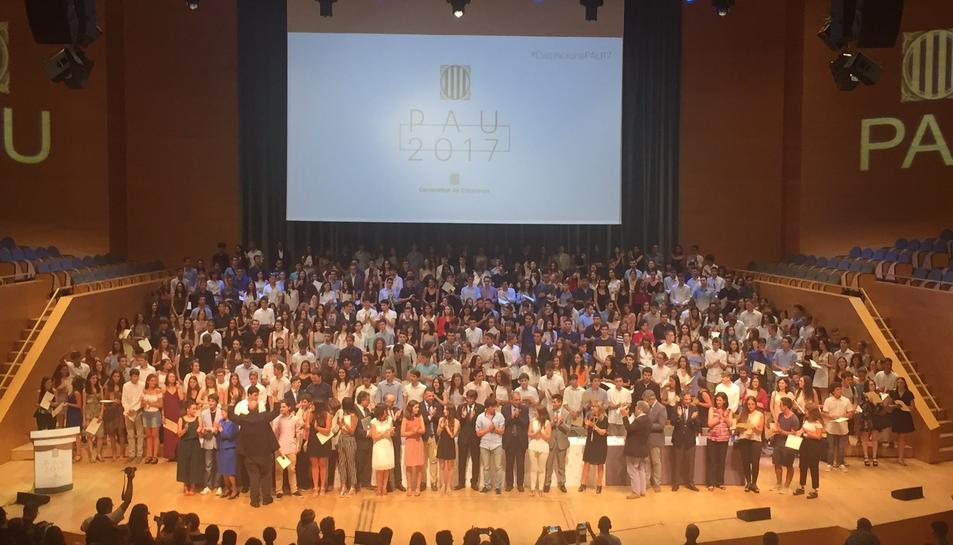 Imatge de grup dels estudiants amb els responsables del Govern català.