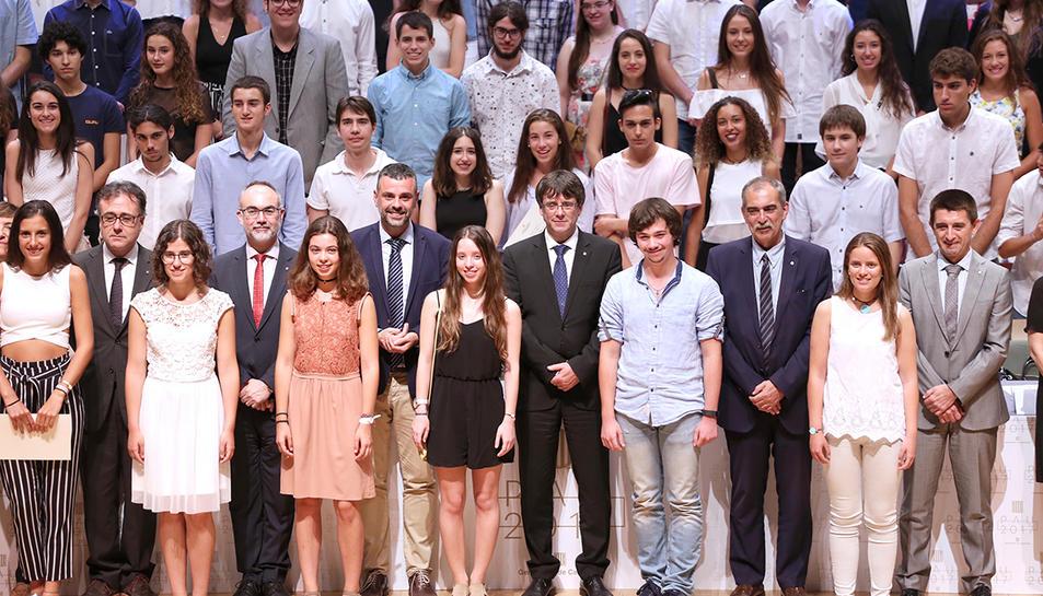 El president de la Generalitat envoltat pels joves estudiants que han estat distingits.