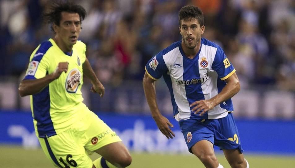 A la dreta, el futbolista Dídac Vilà durant un partit amb la samarreta de l'Espanyol.