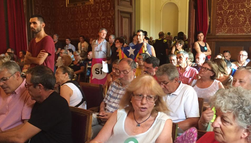 Els assistents s'han engalanat amb diversos elements a favor de la votació i del sí.