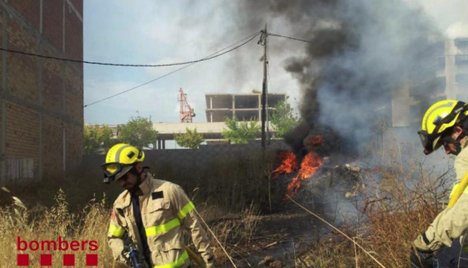 Una dotació de Bombers ha treballat en les tasques d'extinció de l'incendi.