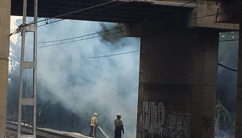 Una dotació de Bombers treballa en les tasques d'extinció de l'incendi.