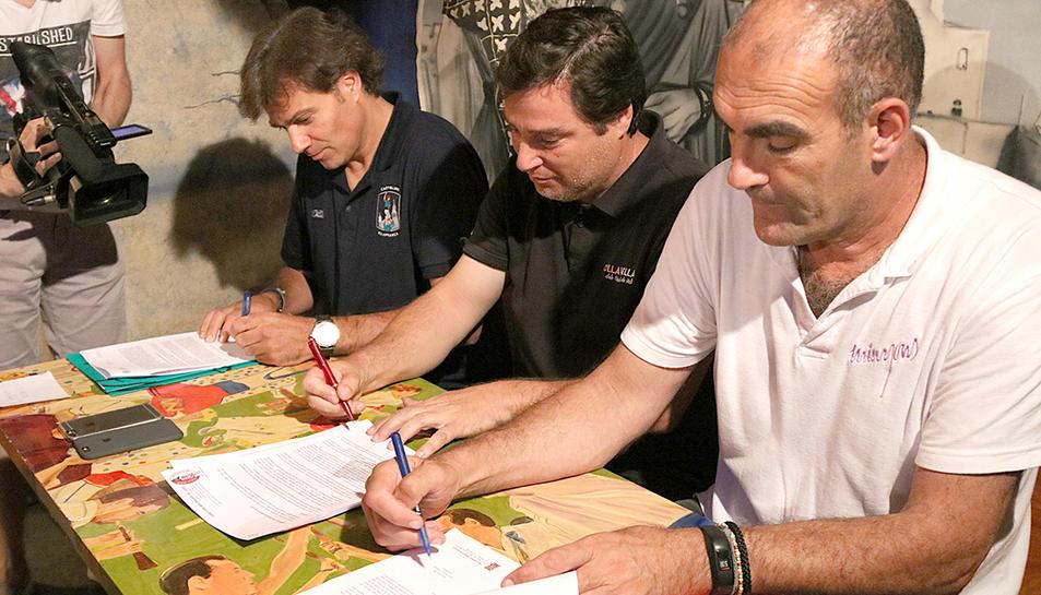 Els presidents dels Castellers de Vilafranca, la Vella de Valls i els Minyons de Terrassa signant el document per a la cessió de drets d'imatge a la CCCC.