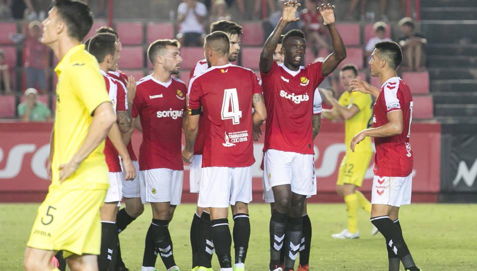 Els grana celebren la victòria després del partit.