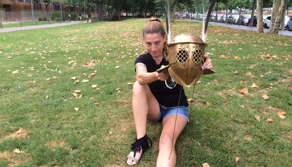 Sandra López mostra el casc de gladiadora que utilitza en les recreacions històriques.