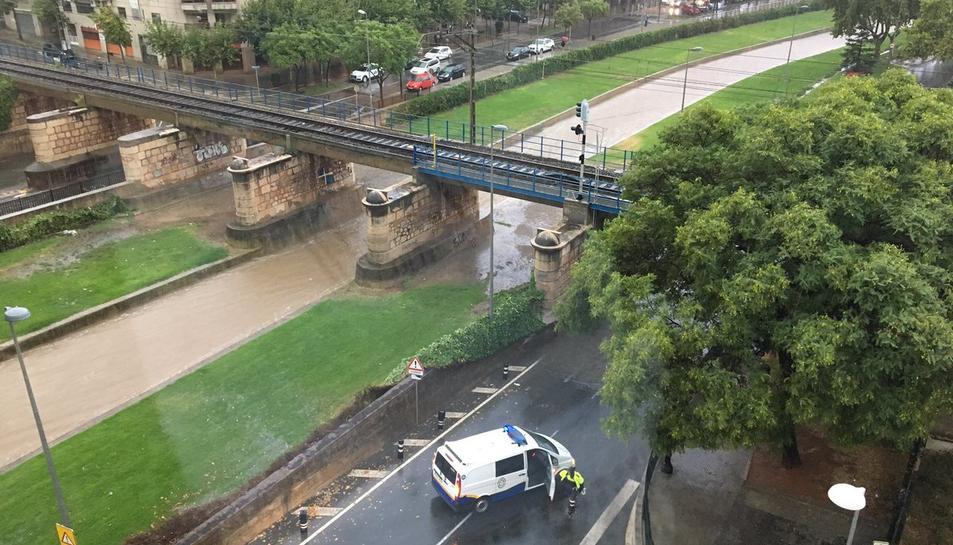 La crescuda de la riera ha ocasionat inundacions a Cambrils.