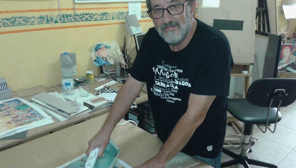 Màrius planxa un dibuix que, prèviament, ha arrugat, en el seu taller del carrer Mediona.