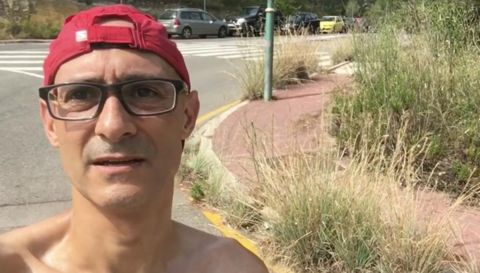 Jordi Lopez en un moment del vídeo, on mostra les plantes al seu darrere que creixen incontroladament per la calçada i la vorera.