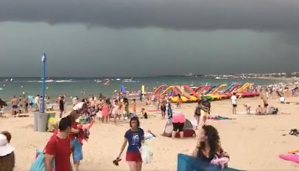 Els núvols negres anunciaven la forta tempesta que va inundar els carrers de Salou.