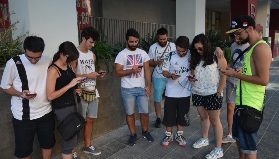 Un grup de jugadors juga mentre es dirigeix a caçar un Pokémon Llegendari.