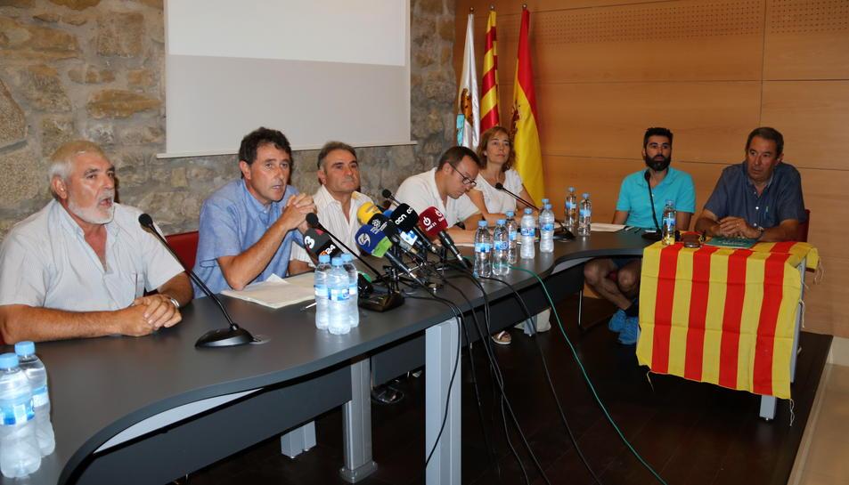 Pla general dels membres de l'equip de govern de Batea, amb l'alcalde, Joaquim Paladella, segon per l'esquerra. Imatge del 25 de juliol de 2017