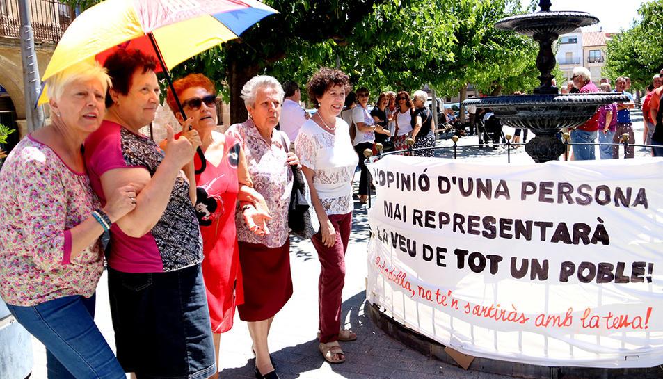 Un grup de dones de Batea davant una pancarta crítica amb la proposta de l'alcalde de marxar a l'Aragó.